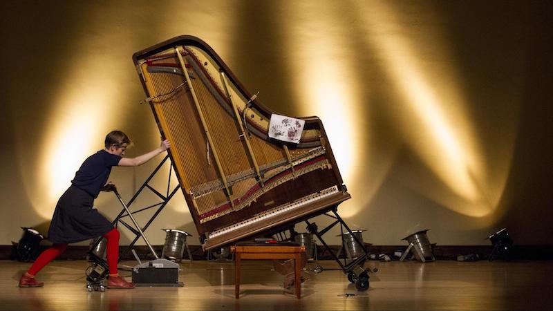 Das Inside Out Klavier bezieht auch die Seiten des Instruments ein. Durch einen Motor und einen Wii-Reifen kann es erweitert werden.