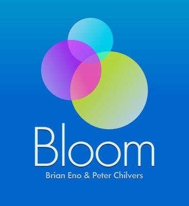 Das Bild zeigt das Logo des Programms Bloom. Drei unterschiedlich große, farbig ausgefüllte Kreise: der oberste ist hellblau und geht lila in den nächsten Kreis nach unten über. Der mittlere Kreis ist lila und wird pink, wenn er auf den untersten Kreis trifft. Der unterste Kreis ist am größsten und ist gelb-weiß. Darunter steht Bloom und die Namen von Brian Eno und Peter Chilvers.