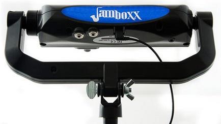 Ein schwarzes Gerät wie eine Mundharmonika, das an einem Ständer angebracht ist. Es hat Löcher für Stecker und Kabel.