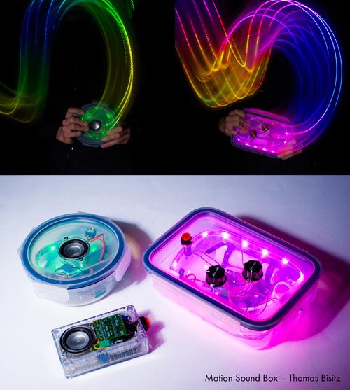 Das obere Bild hat einen schwarzen Hintergrund. Zwei Handpaare halten jeweils eine durchsichtige Plastikbox, die innen in bunten Farben leuchtet. Das untere Bild zeigt die Boxen unbewegt mit einem elektronischen, leuchtenden Gerät im Inneren in jeder Box.