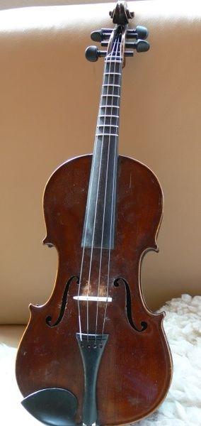 Eine Bundstabgeige sieht aus wie eine reguläre Geige. Am oberen Teil des Geigenhalses gibt es auf dem Griffbrett metallene Stäbchen wie auf der Gitarre. Die dienen zur besseren Orientierung für die Finger beim Greifen einer Note.